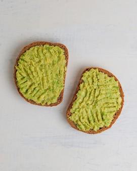 Toast di avocado su pane integrale con verdure