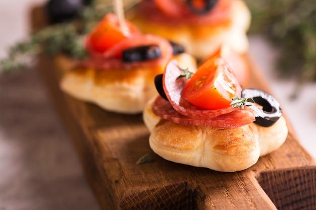 Toast gustosi colazione a bordo di legno