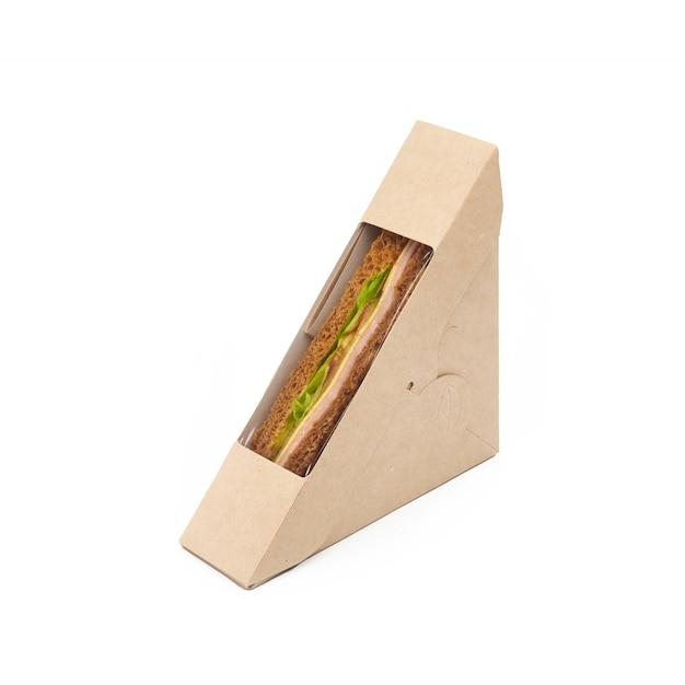 Toast sandwich con prosciutto e formaggio in una scatola da asporto artigianale di carta isolato su sfondo bianco, consegna, concetto di fast food ecologico, usa e getta, riciclabile