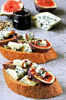 Toast sani con fichi e gorgonzola.