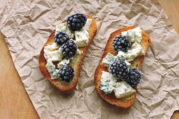 Toast sani con gorgonzola e more. dieta keto. spuntino keto.
