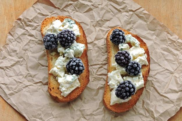 Toast sani con gorgonzola e more.