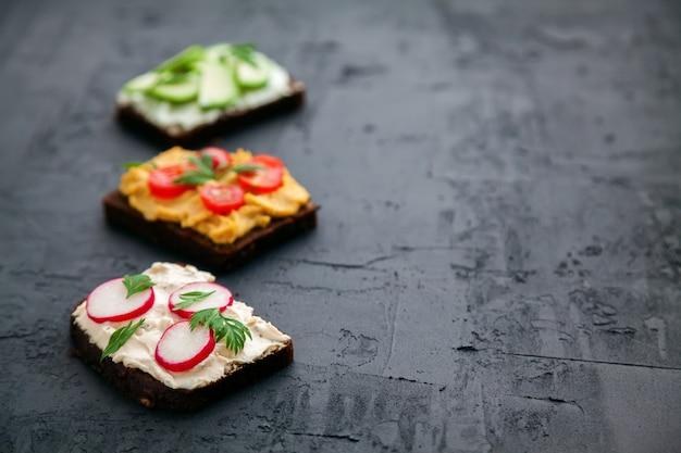 Toast vegetariani di pane di segale