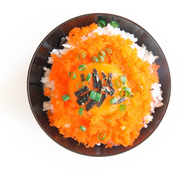 Tobiko don riso con tuorlo d'uovo sormontato alghe e cipolline.
