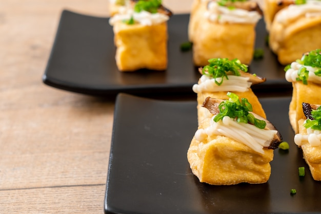 Tofu alla griglia con funghi shitake e funghi dorati