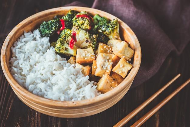 Tofu e broccoli saltati in padella con riso bianco