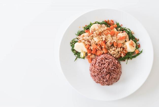 Tofu fritto, arrampicata, maiale tritato e fagioli di soia con riso alla bacca