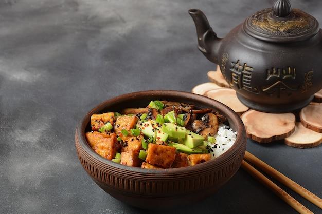Tofu fritto dolce in una ciotola con salsa teriyaki e riso