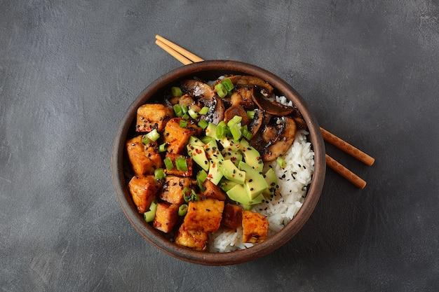 Tofu fritto dolce in una ciotola con salsa terriayaki e riso