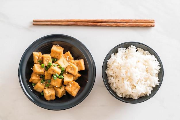 Tofu fritto in una ciotola con sesamo