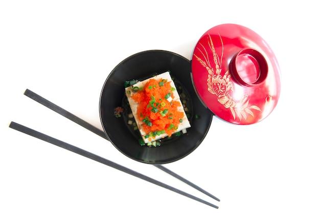 Tofu in stile giapponese ha superato uovo tobiko e cipolline
