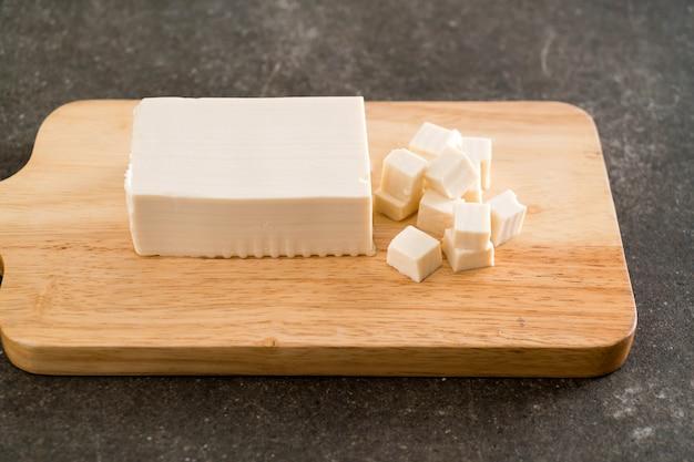 Tofu su tavola di legno