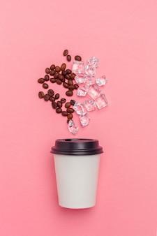 Togliere la tazza di caffè su carta colorata