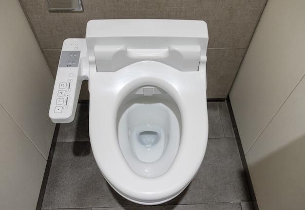 Toilette con sciacquone per l'innovazione pulita bianca