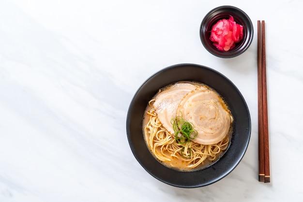 Tonkotsu ramen noodles con carne di maiale chaashu