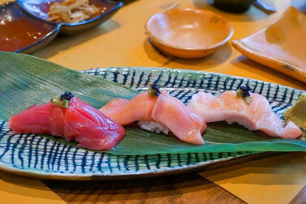 Tonno crudo fresco affettato o otoro, chutoro e sashimi di sushi akami servito con wasabi sott'aceto. cibo tradizionale giapponese. messa a fuoco selettiva.