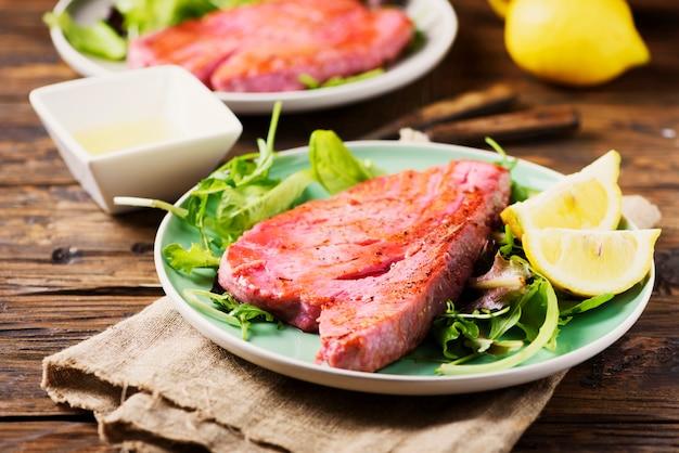 Tonno cucinato delizioso con insalata verde