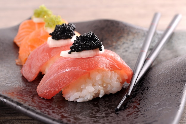 Tonno e salmone sushi set con le bacchette