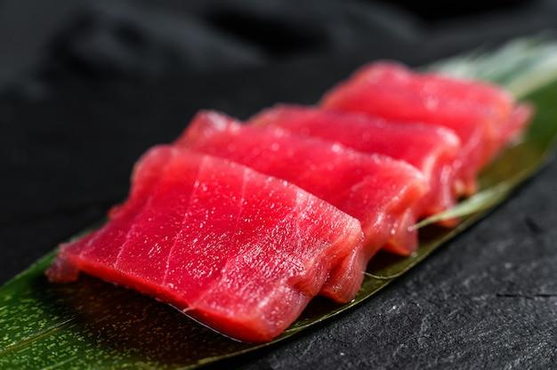 Tonno sashimi su una tavola di pietra. vista dall'alto. avvicinamento