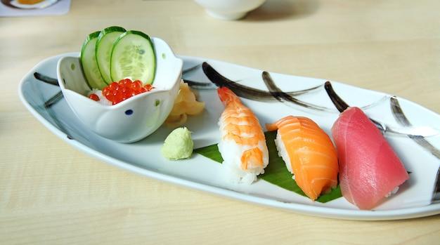 Tonno sushi, gamberetti sushi, salmone sushi, cibo giapponese