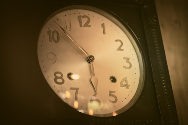 Tono di colore marrone vintage molto antico del quadrante dell'orologio in legno