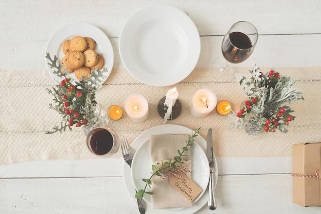 Top shot del tavolo da pranzo di natale splendidamente organizzato