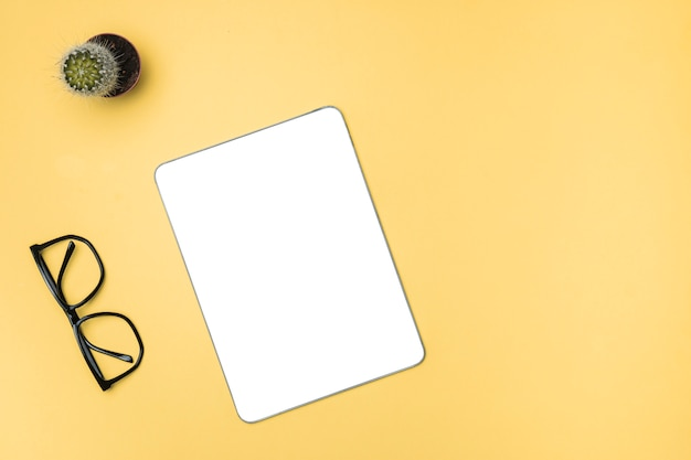 Top vie mockup tablet con sfondo giallo