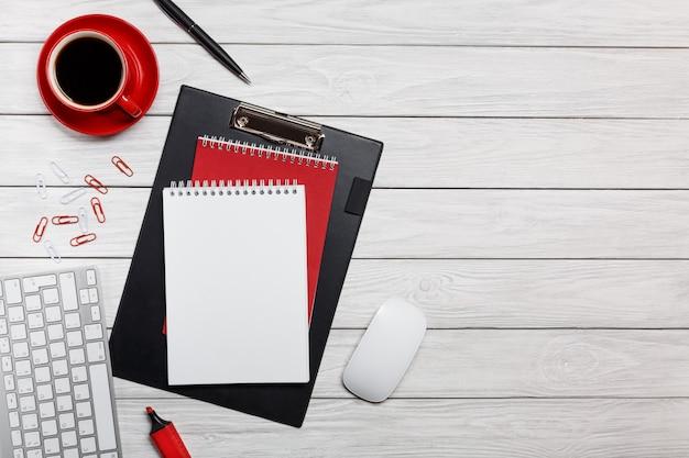 Topo rosso della tastiera delle graffette dell'orologio della tazza di caffè della tazza delle buste dello scrittorio del bordo bianco