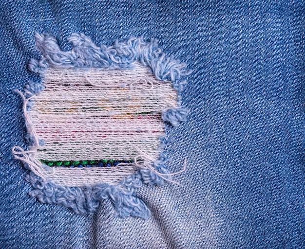 Toppa strappata distrutta strappata blu dei jeans del denim