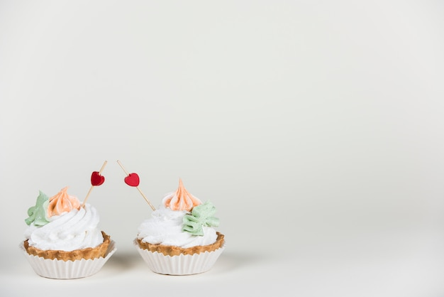 Toppers cuore in due cupcakes sul tavolo
