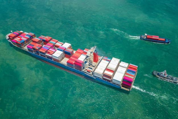 Topview del trasporto navale e della nave portacontainer sul mare