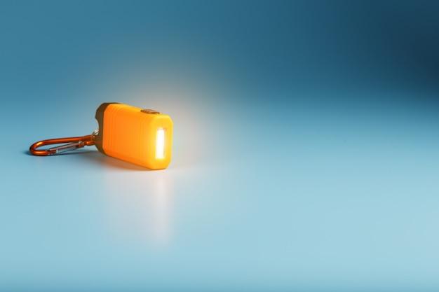 Torcia a led arancione con moschettone