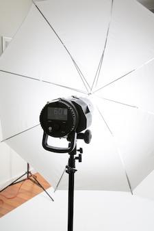 Torcia professionale con un ombrello bianco per uno studio fotografico