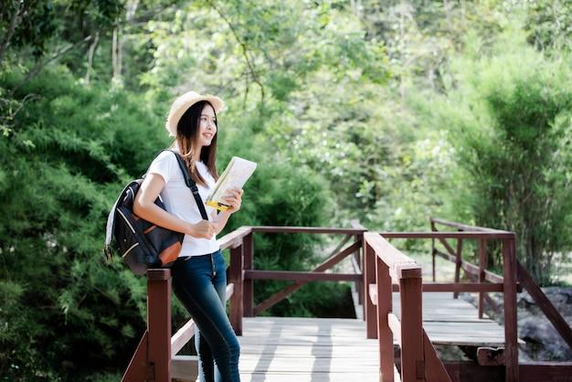 Torista felice della bella donna di stile di vita da viaggiare nell'escursione selvaggia di escursione durante la vacanza.
