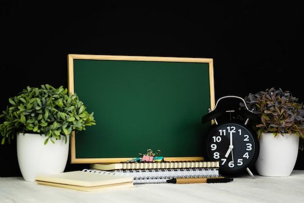 Torna a scuola e il concetto di educazione, lavagna verde con un mucchio di carta notebook