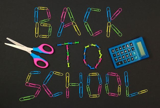 Torna a scuola sulla lavagna fatta di graffette colorate