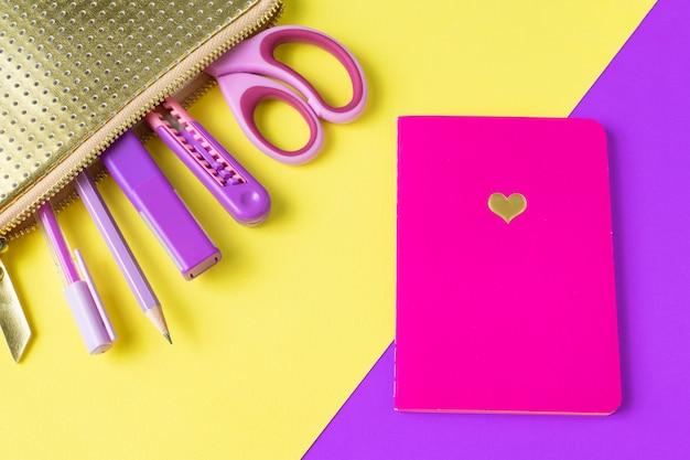 Torna al concetto di scuola. accessori per la formazione per la magra in sacchetto di matita oro e notebook.