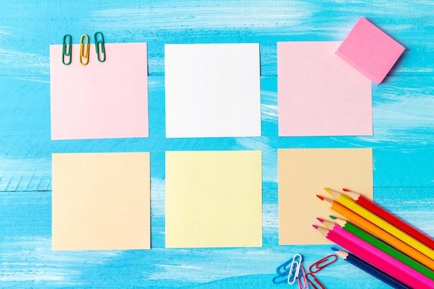Torna al concetto di scuola con articoli di cancelleria per ufficio penne, matite, pennelli, pennarelli, pennarelli, graffette