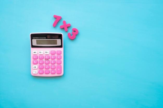 Torna al concetto di scuola con calcolatrice e numeri