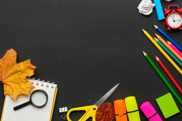 Torna al concetto di scuola con elementi decorativi su tavola di legno