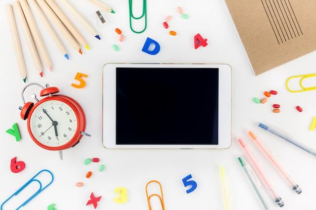 Torna al concetto di scuola con forniture per ufficio