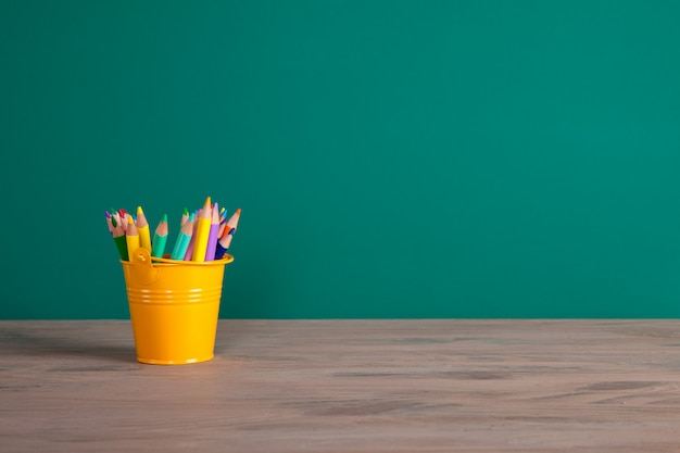 Torna al concetto di scuola con matite colorate. lavagna con spazio di copia