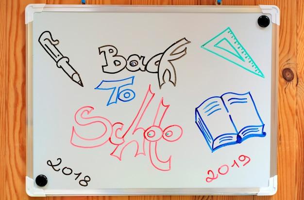 Torna al concetto di scuola: lavagna bianca con illustrazione di ritorno a scuola.