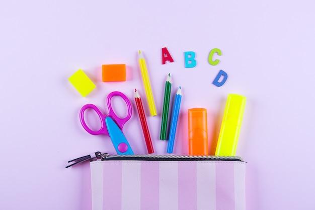 Torna al concetto di scuola. materiale scolastico in astuccio.