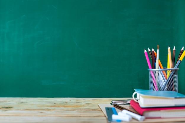 Torna al concetto di scuola. matita colorata e forniture sul tavolo di legno