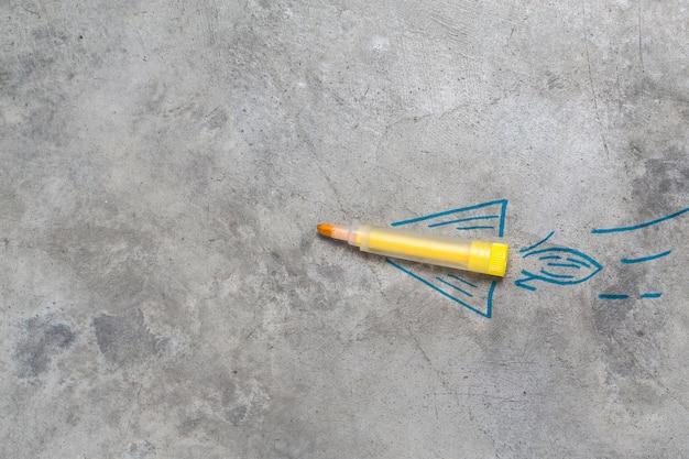 Torna al concetto di scuola. razzo fatto con matite, pastelli e gessetti