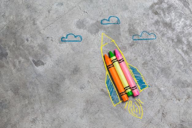 Torna al concetto di scuola. razzo fatto da matite, pastelli e gessi