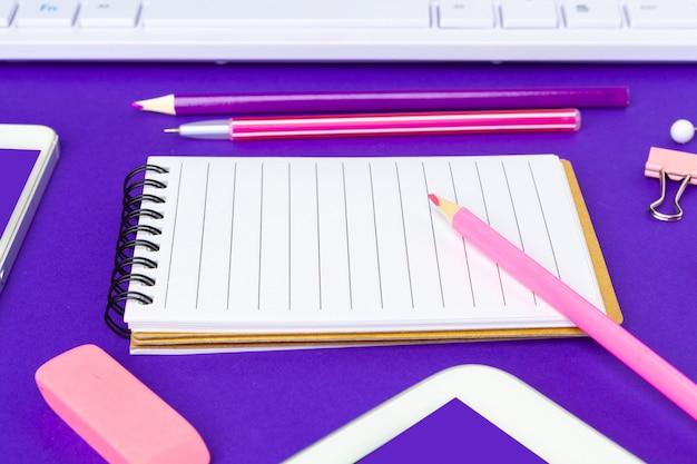 Torna al concetto di scuola. scuola e articoli per ufficio sulla tavola dell'ufficio