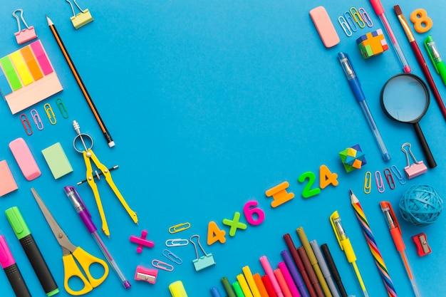 Torna al concetto di scuola su sfondo blu