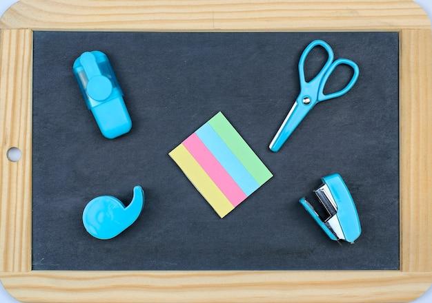Torna al concetto di scuola: ufficio e materiale scolastico su una lavagna